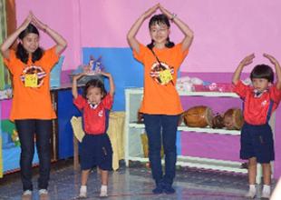 現地の幼稚園・小学校でボランティア